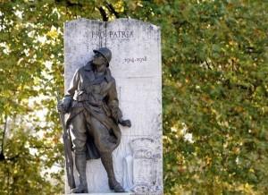 100 ans ... dans Histoire 478315_une-statue-de-soldat-devant-un-monument-aux-morts-celebrant-la-memoire-des-poilus-de-la-premiere-guerre-mondiale-en-france-300x218
